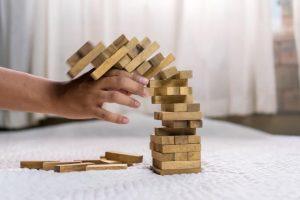 Cometi muitos erros na reconquista! Na imagem: Uma pessoa tenta reconstruir uma pequena torre de madeira que caiu.
